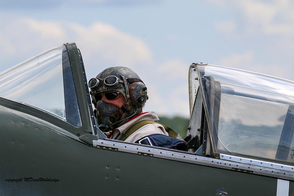 Spitfire_Pilot_Duxford_20152.jpg