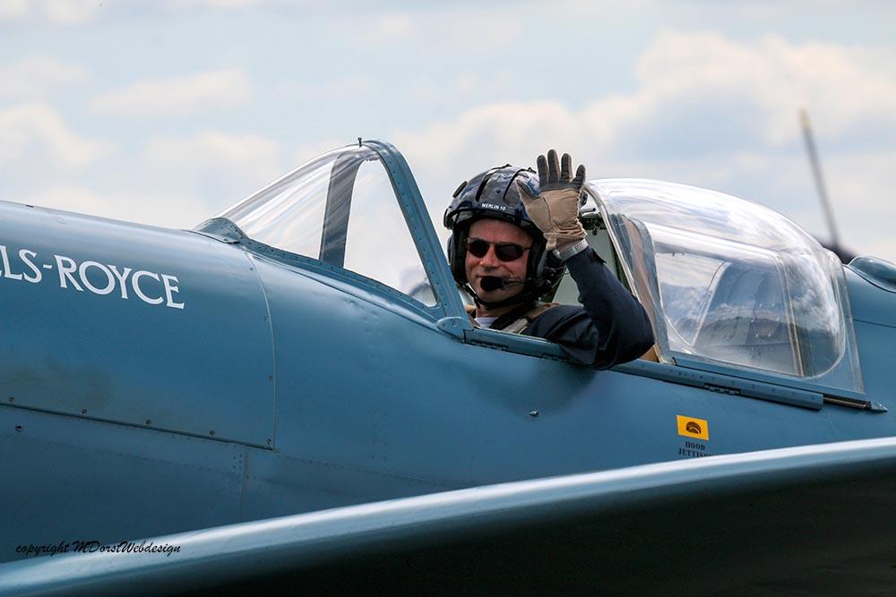 Spitfire_Pilot_PR_XIX_Duxford_20152.jpg